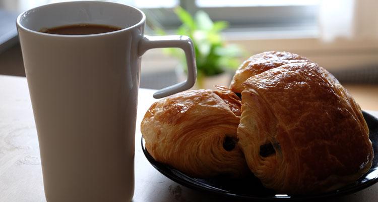 Tassee Kaffee und Pain au Chocolat